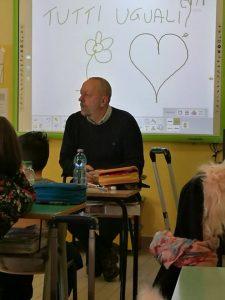 Gino Fanelli presidente di Helpis onlus alla scuole Elementare di Lomello (PV) progetto Quasi Blu contro il bullismo