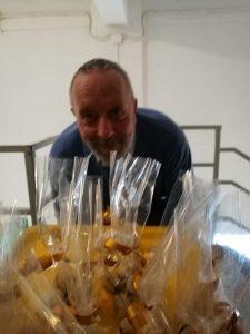 Gino Fanelli all'Istituto Cossa Alberghiero con i baci di dama appena sfornati