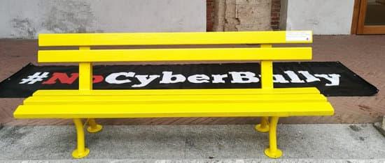 la panchina gialla di Helpis contro il bullismo e il cyberbullismo